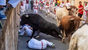 Emocionant i perillós 'encierro' de Sant Fermí amb toros de Núñez del Cuvillo