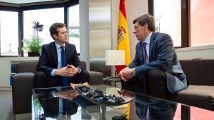 El líder del PP, Pablo Casado, junto a Juan Carlos Quer, el padre de Diana.