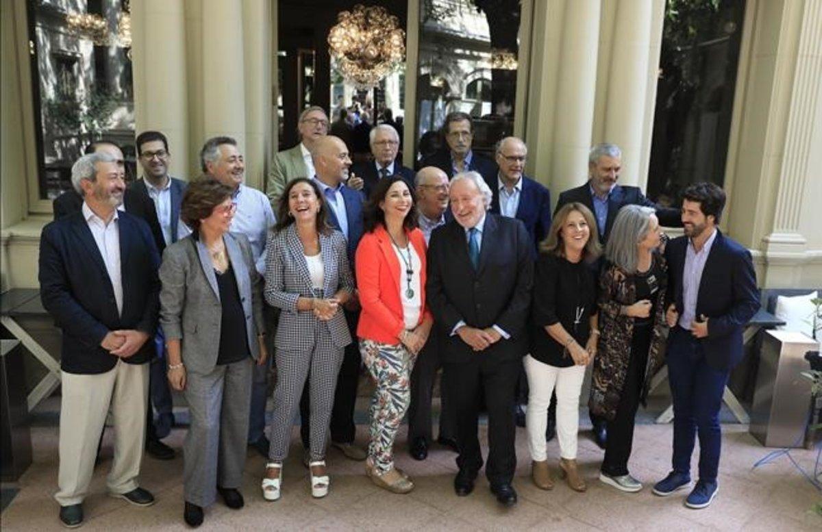 Astrid Barrio (Lliga Democràtica) y Antoni Fernández Teixidó (Lliures), junto a otros representantes del catalanismo moderado.