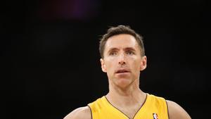 El jugador de los Lakers Steve Nash, durante un partido con los Portland Trail Blazers, en abril del año pasado.