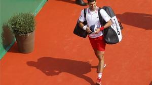 Djokovic sale de la central de Montecarlo, tras perder.