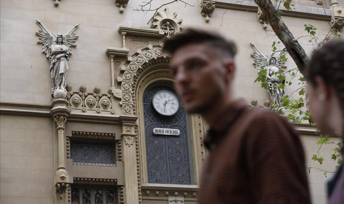 Reloj con la hora oficial en la fachada del teatro Poliorama de Barcelona.
