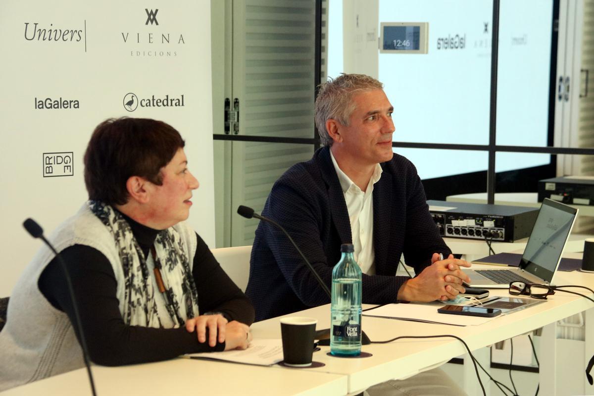 La codirectora de Viena Edicions Isabel Monsó, y el director general del Grup Enciclopèdia, Joan Abellà, este jueves en Barcelona.