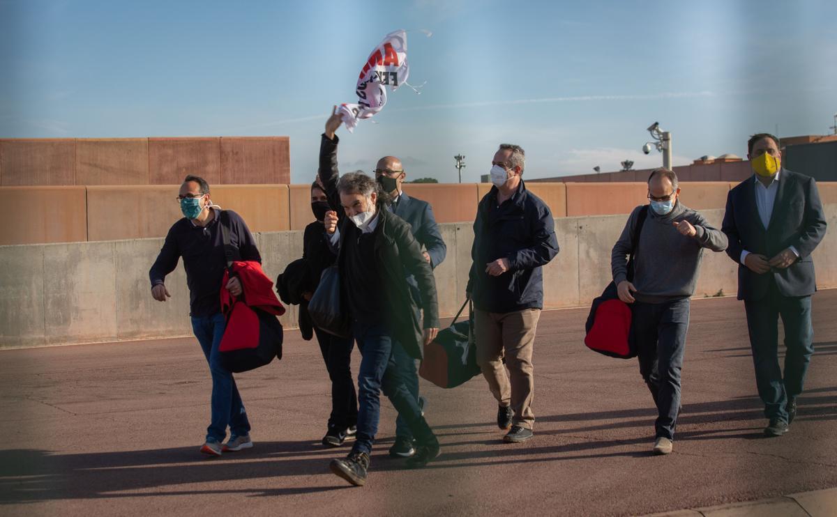 Los presos de la cárcel de Lledoners saliendo de permiso.