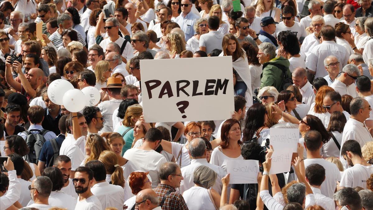 Manifestantes en Barcelona en favor del diálogo, el pasado sábado.