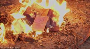 Gihadistes francesos de l'Estat Islàmic cremen els seus passaports.