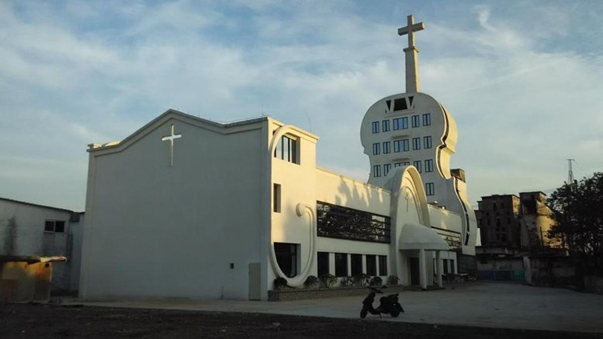 Polémica iglesia en forma de violín en la aldea de Yongping.
