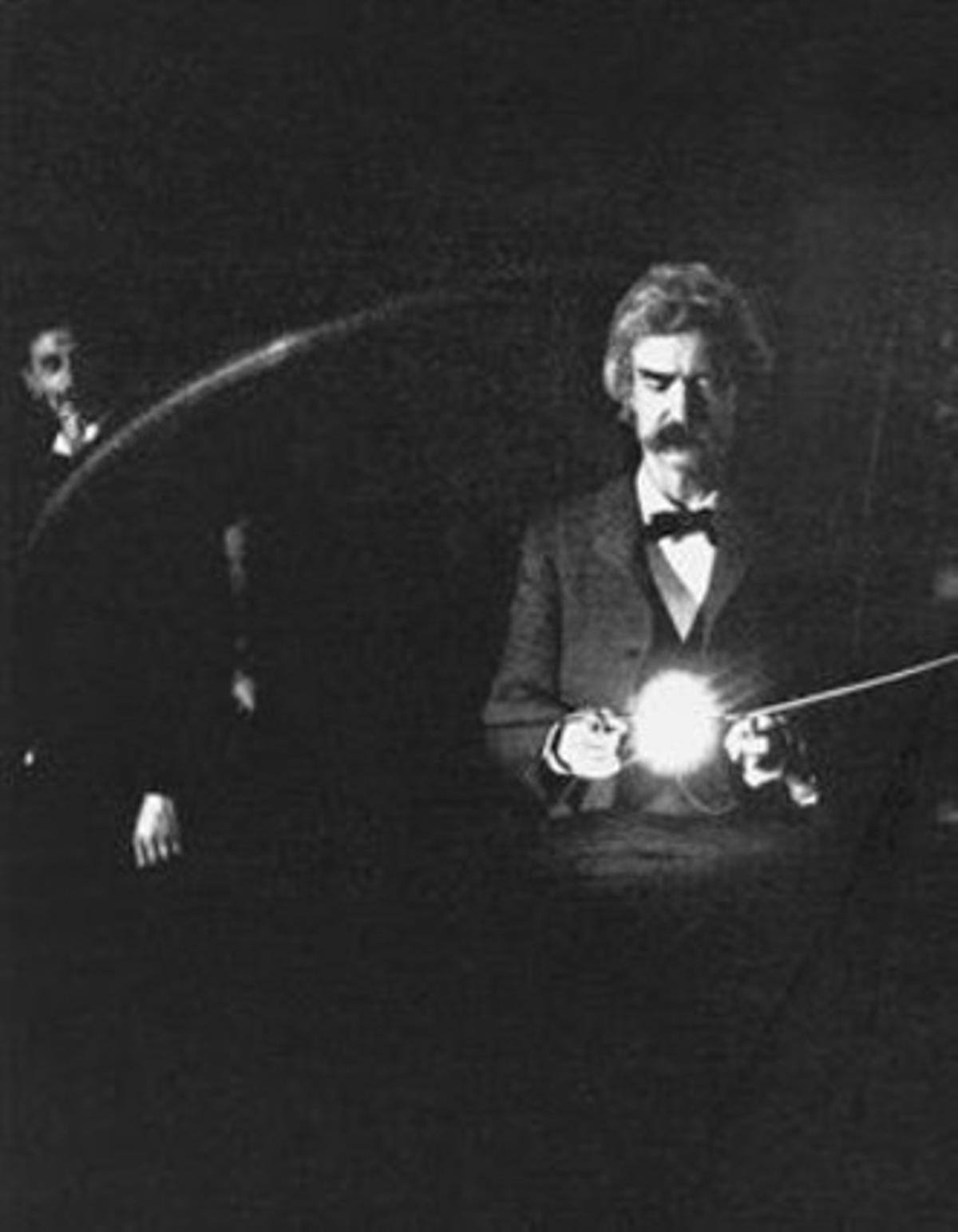 Mark Twain visitó el laboratorio de Tesla en 1894 y probó su lámpara incandescente.