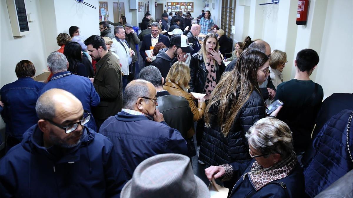 Gran afluencia de votantes en el colegio Santa Marta, en L'Hospitalet.