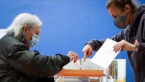 Una mujer ejerciendo su derecho a voto.