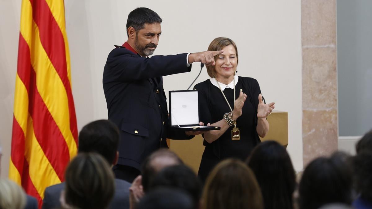 El major de los Mossos, Josep Lluís Trapero, y la presidenta del Parlament, Carme Forcadell, durante el acto de entrega de la medalla de honor.