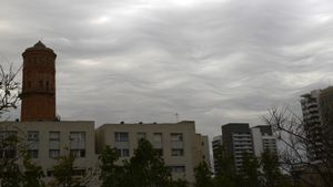 Nubes onduladas (asperitas) sobre Barcelona.