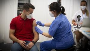 Óscar Parra, de 31 años, el vacunado 500.000 de la primera dosis de Pfizer en la Fira de Barcelona, el 19 de julio.