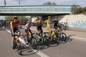 Los ciclistaseslovenos del pelotón (de derecha a izquierda Matej Mohoric,Simon Spilak, Primoz Roglic, Tadej Pogacar y Luka Mezgec) en la última etapacon final en París del Tour 2020.
