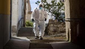 Diego, operario del Ayuntamiento de Castellfort (Castelló), desinfecta las calles.