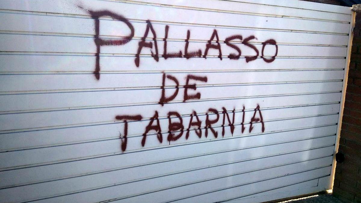 Pintada en la puerta de acceso a la vivienda del periodista Tomás Guasch.