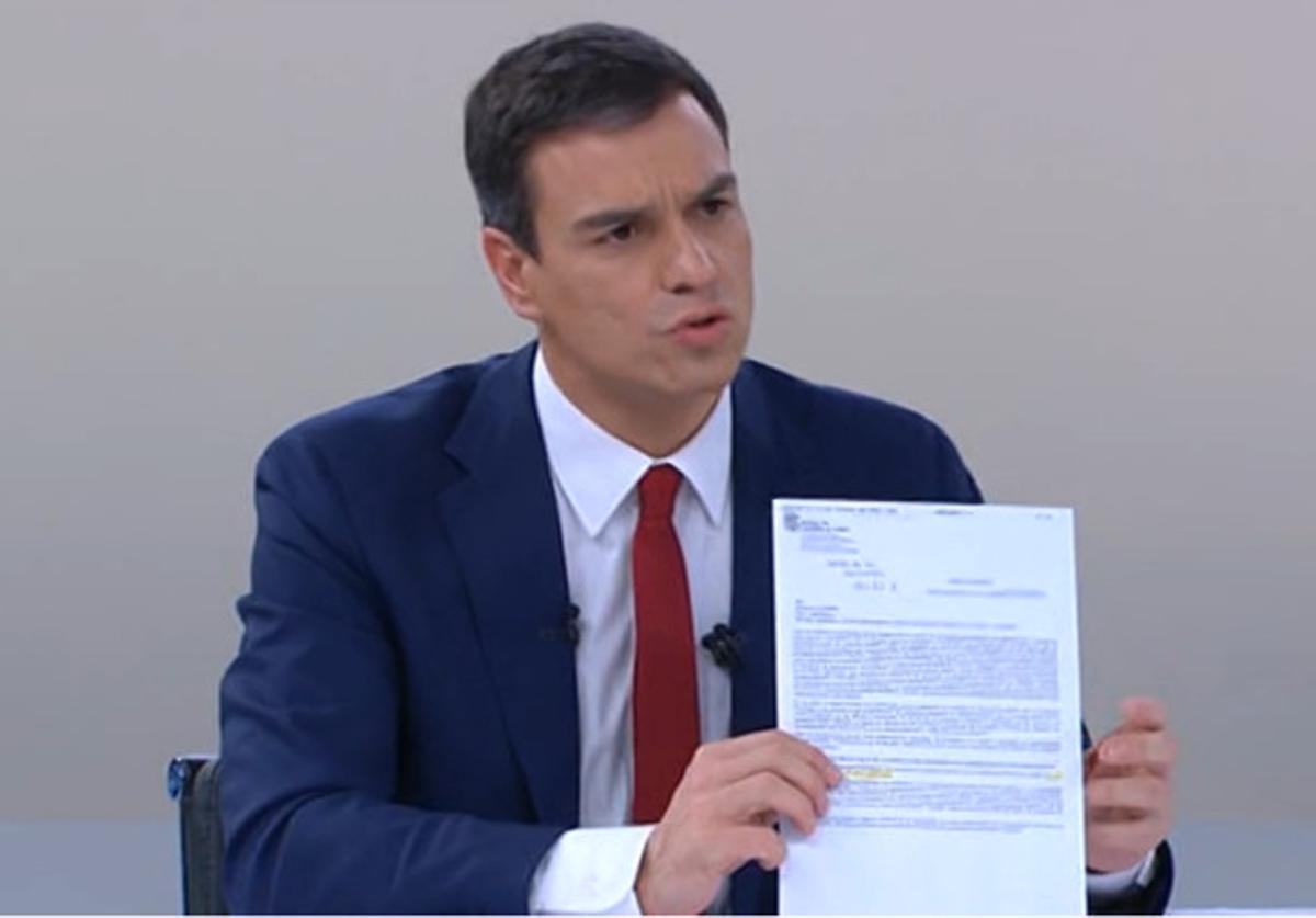 Pedro Sánchez, durante el 'cara a cara', mostrando la carta que la Junta de Castilla y León envío a Carmen Albillo.