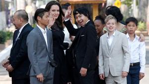 Angelina, con sus hijos.