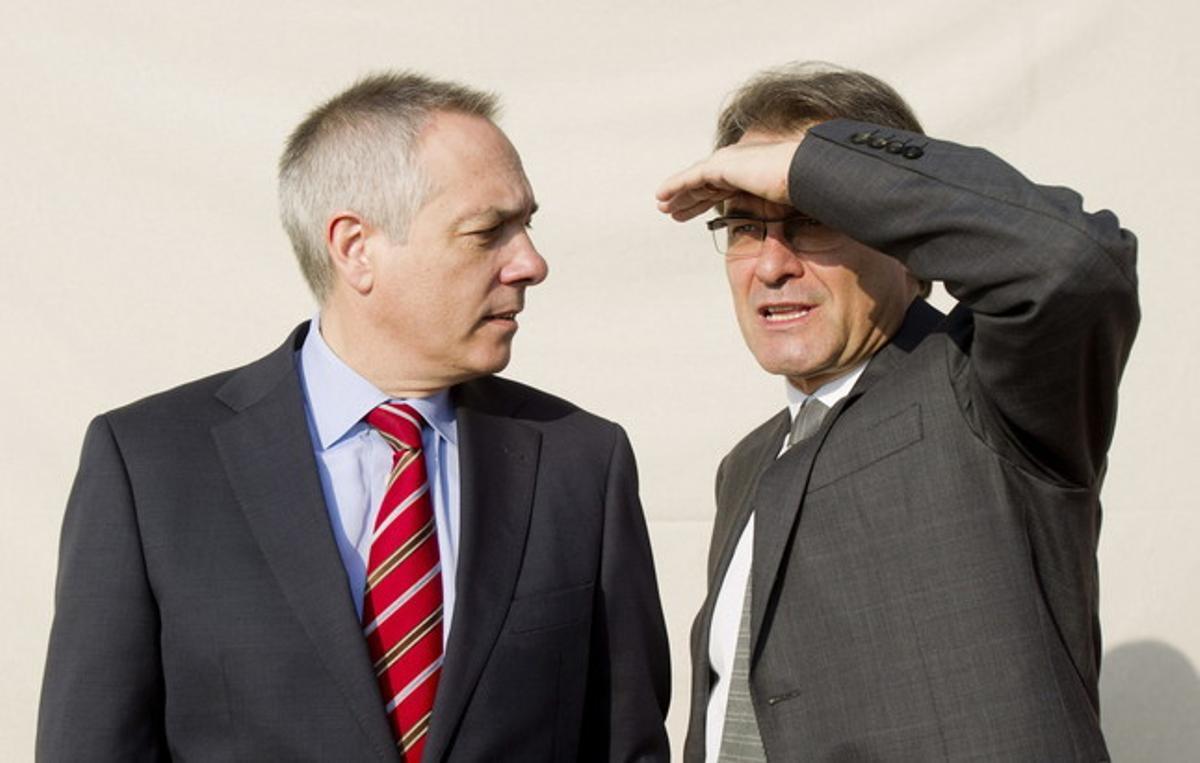 Pere Navarro observa a Artur Mas, el 24 de noviembre, durante un posado conjunto de candidatos.