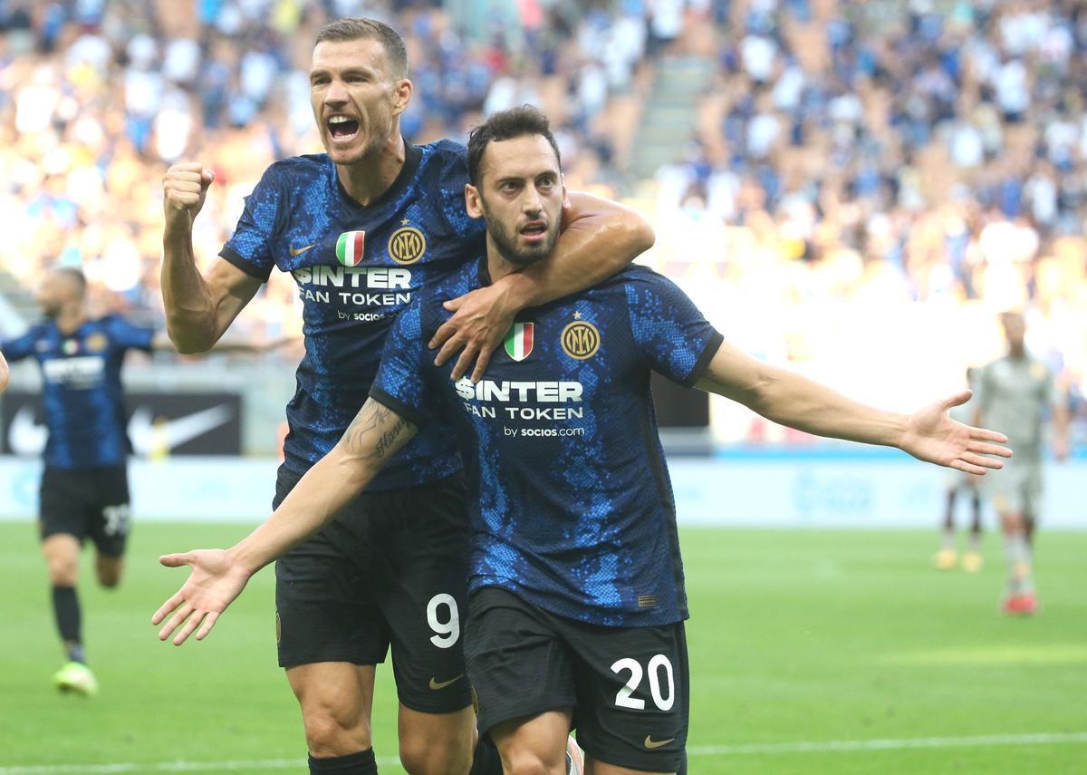 Calhanoglu y Dzeko celebran un gol del Inter en la Serie A