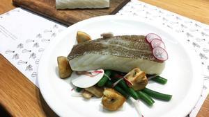 El antes y el después de un morro de bacalao: curado y cocinado (confitado y servido con judías tiernas) por la chef de la barra de Perelló 1898, Guadalupe Reig.