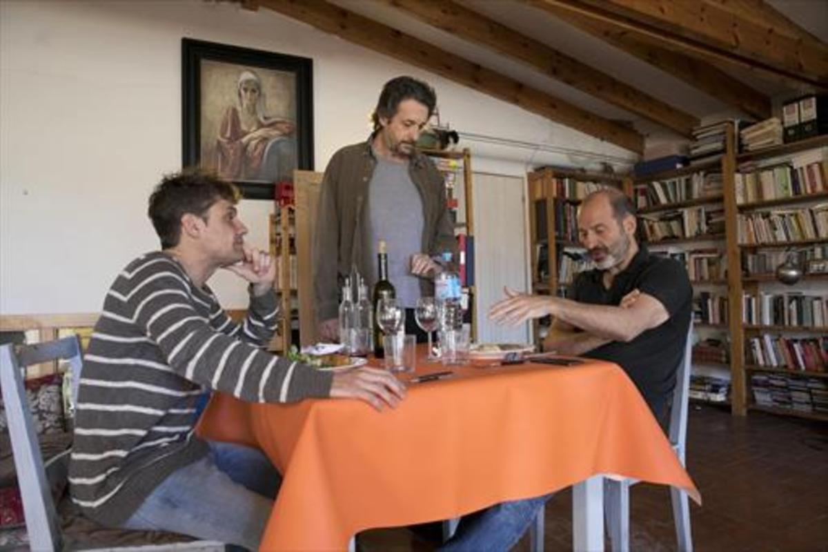 Marc Rodríguez y Josep Julien, durante un ensayo en casa de Ramon Madaula, autor y director de 'Ignots'.