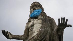 Estatua de Jesucristo con una mascarilla en Caracas