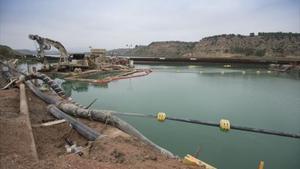 El embalse de Flix, al concluir la fase principal de la extracción de lodos,el pasado noviembre.