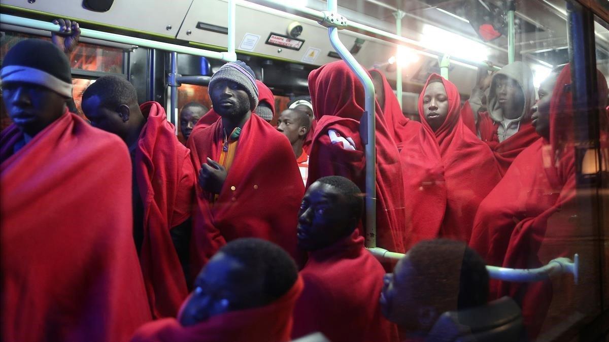 Un grupo de inmigrantes a su llegada al puerto de Málaga.