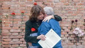 La ex ministra de Justicia, Dolores Delgado, junto a una víctima del franquismo en la entrega de declaración de reparación.