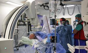 El servicio de Cardiología del Hospital de Bellvitge ha realizado una intervención pionera en el mundo a un paciente con insuficiencia de la válvula tricúspide que lleva un corazón trasplantado desde hace 21 años.
