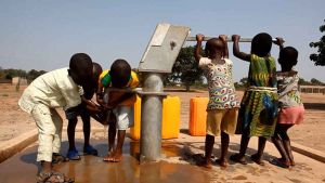 El documental ilustra el primer proyecto social desarrollado por AUARA junto a Manos Unidas y consistió en la instalación de un pozo de agua potable en la región de Tamarou.