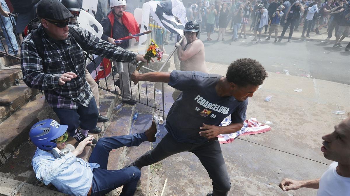 Miembros de la derecha chocan con contra-manifestantes mientras intentan proteger la entrada al parque de Lee.
