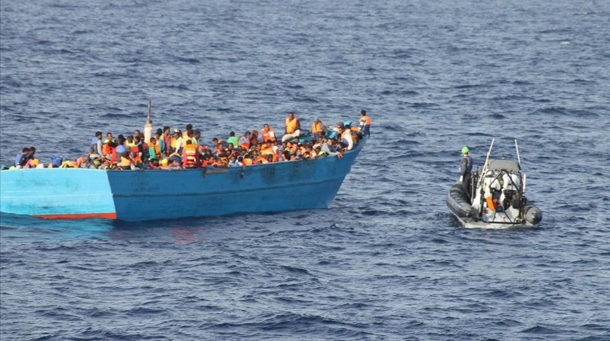 Una lancha irlandesa al rescate de una barca repleta de migrantes, a 36 millas al nordeste de Trípoli (Libia), el 21 de octubre.