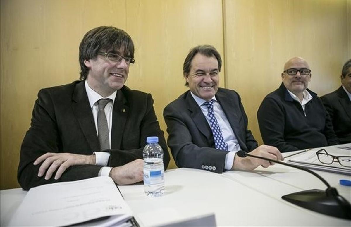 Reunión del consejo ejecutivo de CDC. En la foto, el 'president' Carles Puigdemont con Artur Mas.