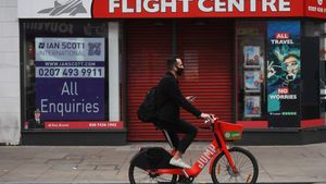 London (United Kingdom), 06/11/2020.- A masked cyclist passes a travel shop on an unusually quiet shopping area of Oxford Street in London, Britain, 06 November 2020. On 05 November 2020 until 02 December 2020 Britain is in lockdown with government advise to stay at home, avoid meeting people you do not live with and to close certain businesses and venues. (Reino Unido, Londres) EFE/EPA/NEIL HALL