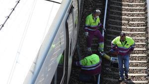 Varios operarios trabajan en el tren Alvia que descarriló en las cercanías de León, este lunes.