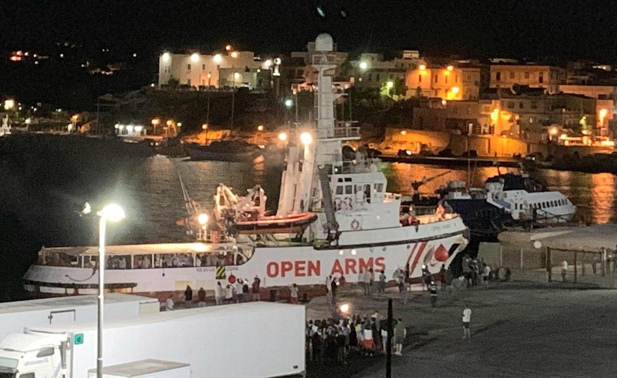 Los migrantes del 'Open Arms' desembarcan en Lampedusa