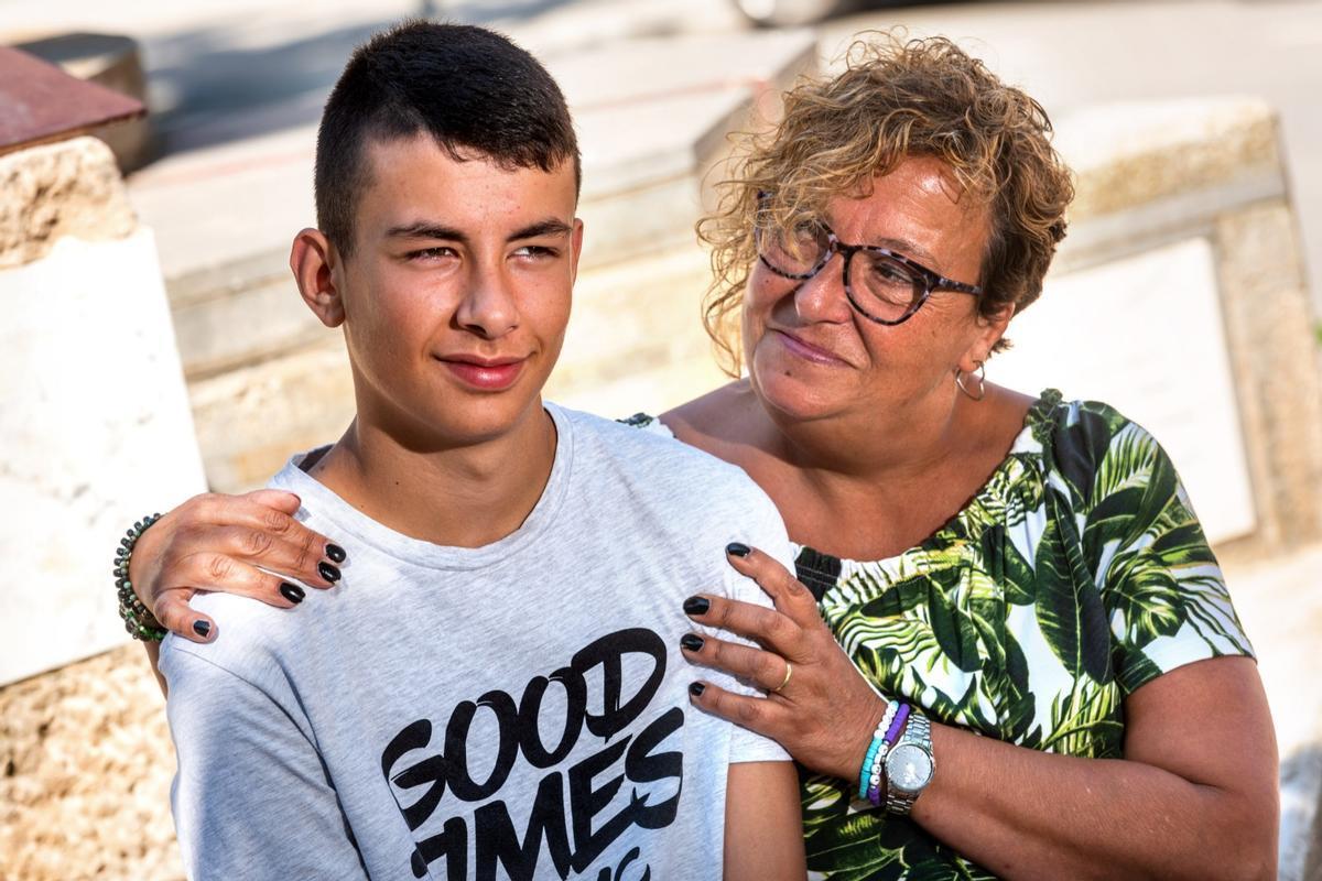 Marc Torrent, de 13 años y con covid persistente, posa junto a su madre, Imma Solà.