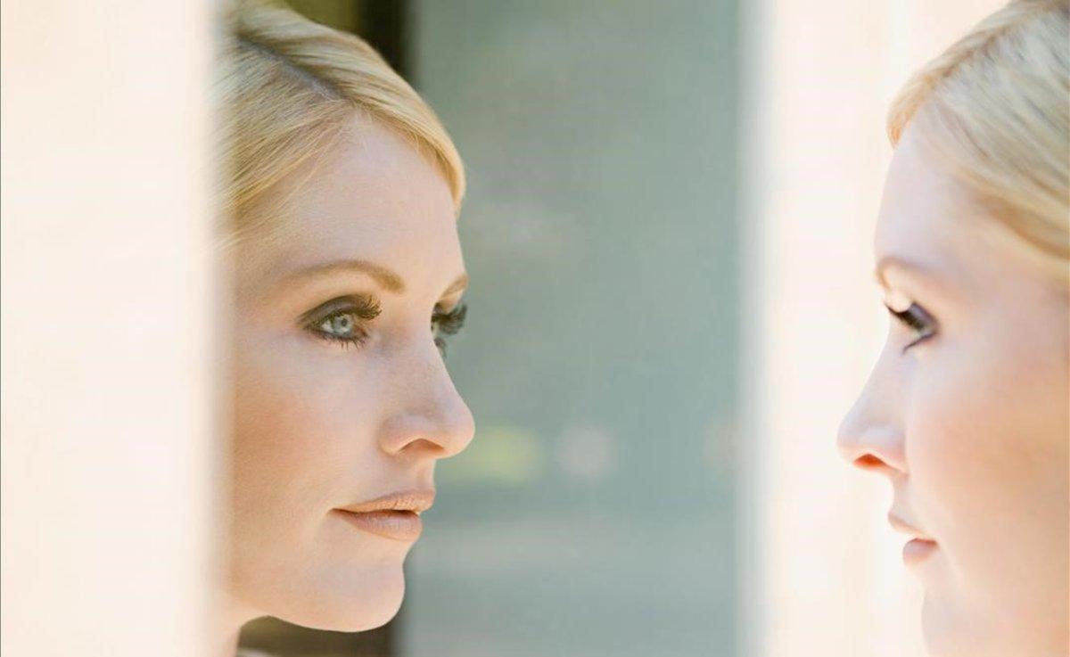 giovane donna davanti allo specchio.