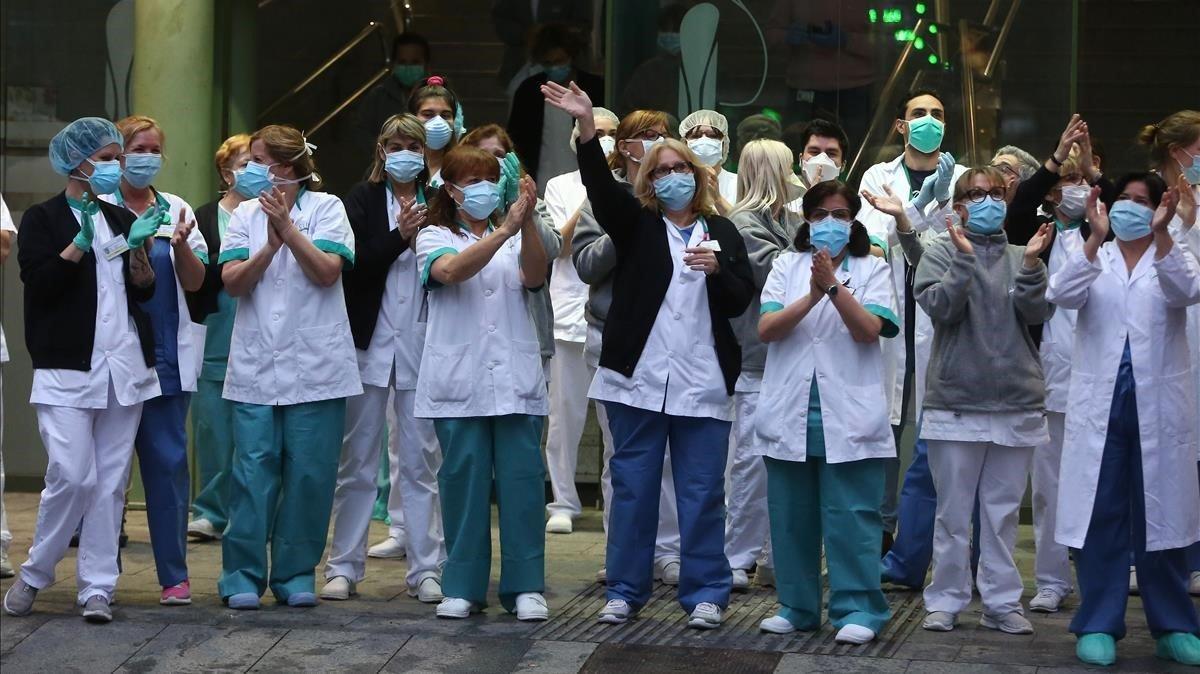 Uno de los momentos más emocionantes de toda la pandemia ha sido, sin duda, el momento en el que los servicios médicos, en el Hospital Clínic de Barcelona, salían por la tarde a la puerta del centro sanitario y recibían el aplauso y el calor de la gente de la calle, que a diario les agradecía su esfuerzo titánico. El personal sanitario -relata Elisenda Pons- ha ido el verdadero héroe de esta pandemia.
