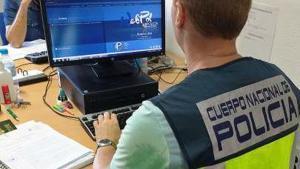 Un agente de la Policía Nacional de Málaga, en un ordenador.