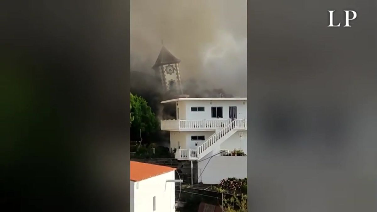 La lava derriba la iglesia de Todoque.