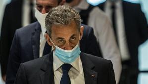 Nicolas Sarkozy entra en el tribunal para conocer la sentencia.