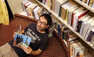 Xavier Vidal, de Nollegiu, en su libreríacon su recomendación de lectura: 'Casa en venta', de Mercedes Abad.