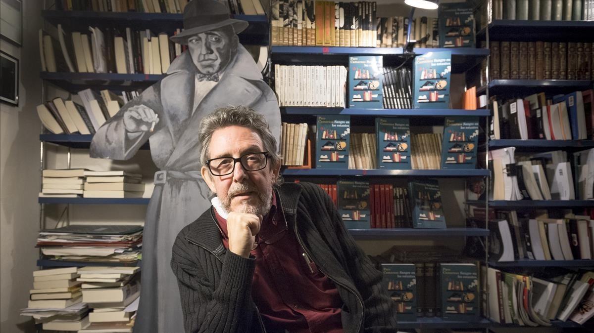 Paco Camarasa, en su antigua libreria Negra y Criminal.
