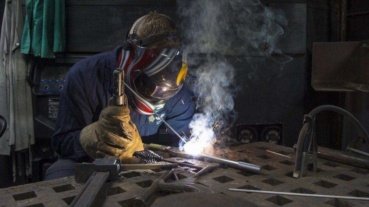 Un trabajador autónomo realiza una soldadura.