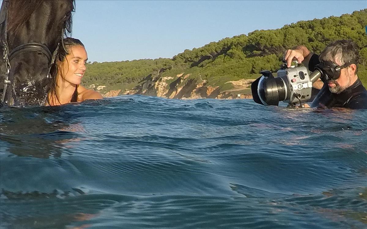 Ona Carbonell, fotografiada con un caballo en aguas de Menorca por Miguel Moll y Bernard Tartinville.
