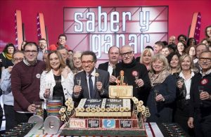 El equipo y concursantes de 'Saber y ganar', con la tarta del 20º aniversario.