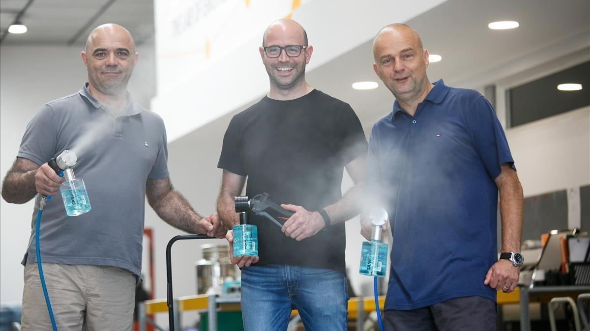 Francesc y Ferran Sentias y Dani Ubinyana, socios de OHFX, fabricante de pulverizadores de gel hidroalcohólico.